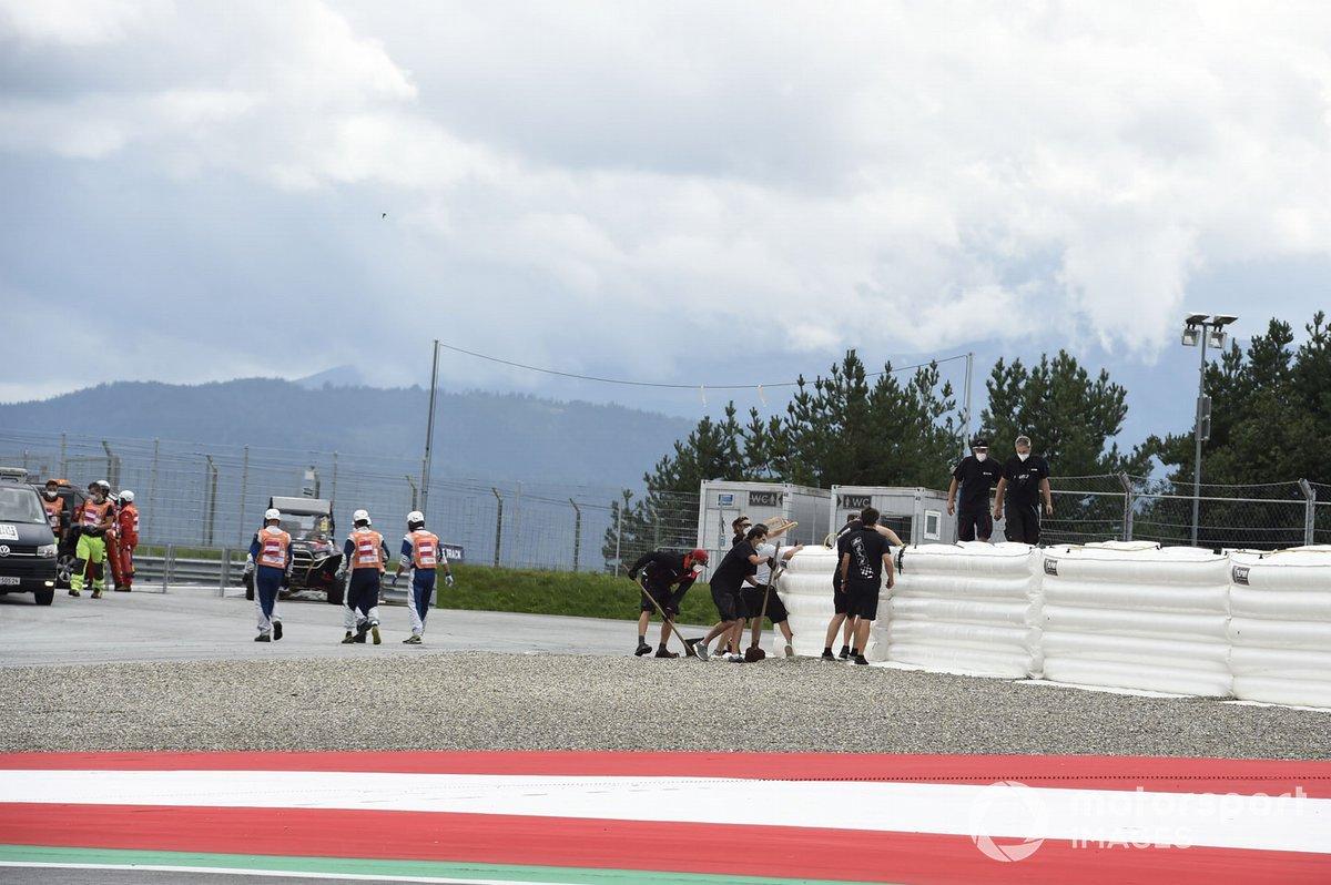 Reparaciones en el muro tras el accidente de Maverick Vinales, Yamaha Factory Racing