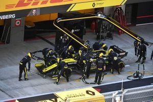 Daniel Ricciardo, Renault F1 Team R.S.19, en pits