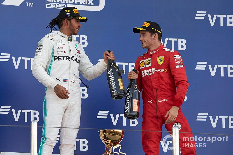 Lewis Hamilton, Mercedes AMG F1, primo classificato, e Charles Leclerc, Ferrari, terzo classificato, sul podio