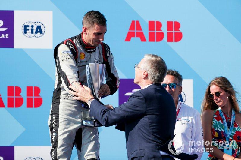 Sébastien Buemi, Nissan e.Dams, terza posizione, riceve il suo trofeo sul podio