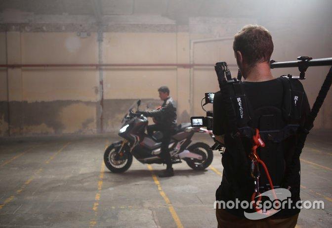 Marc Márquez, en una imagen promocional de una moto de calle de Honda, la X ADV