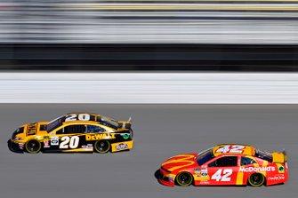 Erik Jones, Joe Gibbs Racing, Toyota Camry DeWalt, Kyle Larson, Chip Ganassi Racing, Chevrolet Camaro McDonald's