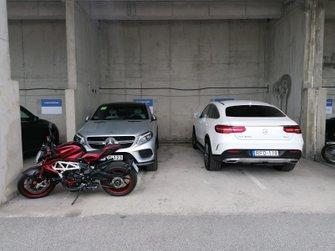Los autos de calle de los pilotos de Mercedes en Hungaroring... y la motocicleta de Hamilton