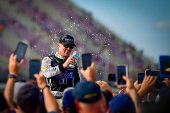 Kevin Harvick, Stewart-Haas Racing, Ford Mustang Mobil 1 celebrates after winning