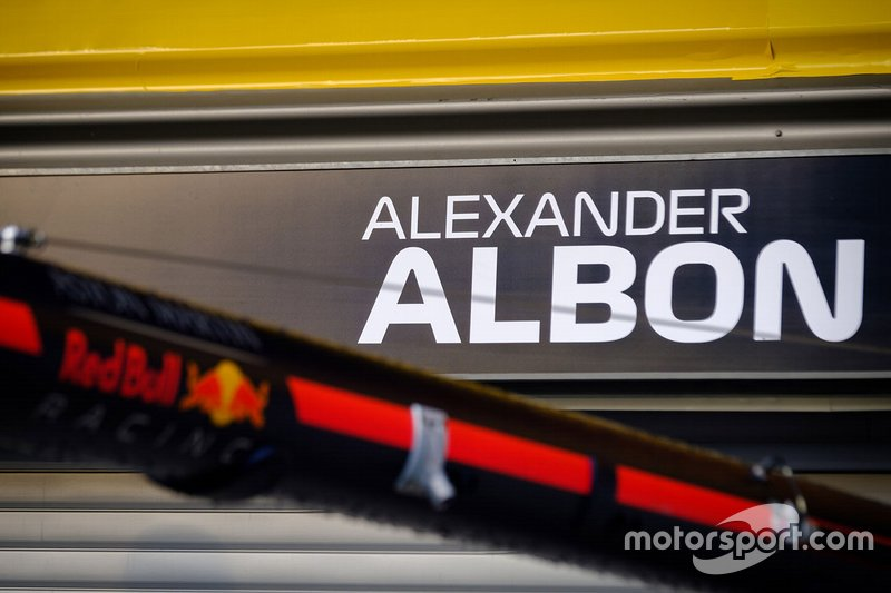 Le nom d'Alex Albon, Red Bull Racing sur le garage