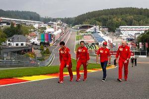 Charles Leclerc, Ferrari, recorre la pista con Jock Clear, ingeniero de carrera en Ferrari