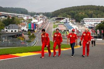 Charles Leclerc, Ferrari, ispeziona il tracciato con Jock Clear, ingegnere di pista, Ferrari