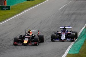 Alex Albon, Red Bull Racing RB15, leads Daniil Kvyat, Toro Rosso STR14