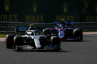 Валттери Боттас, Mercedes AMG F1 W10, и Александр Элбон, Scuderia Toro Rosso STR14