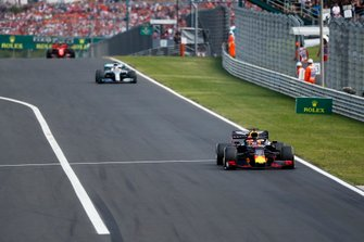 Max Verstappen, Red Bull Racing RB15, y Lewis Hamilton, Mercedes AMG F1 W10