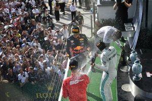 Il secondo classificato Max Verstappen, Red Bull Racing, il primo classificato, Lewis Hamilton, Mercedes AMG F1, e Il terzo classificato Sebastian Vettel, Ferrari, festeggiano sul podio