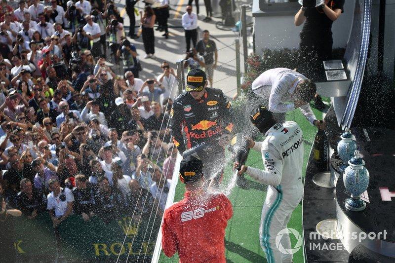 Po stronie producentów, Mercedes ma już 198 wizyt na podium w F1, Red Bull 166, a Ferrari 762.