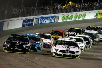 Brad Keselowski, Team Penske, Ford Mustang Discount Tire and Kevin Harvick, Stewart-Haas Racing, Ford Mustang Mobil 1