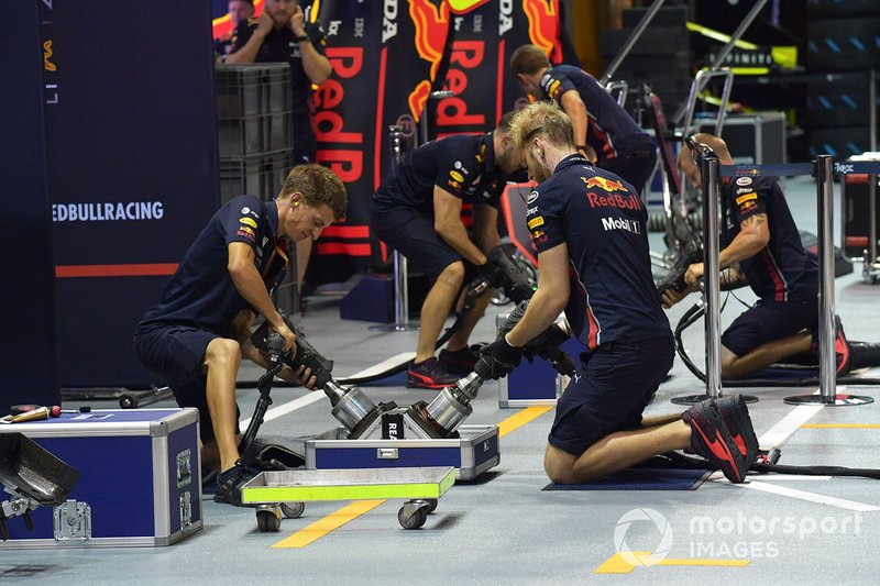 Red Bull Racing tyre practice wheel hub with mechanics