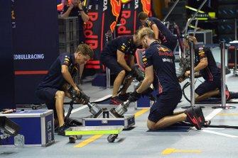 Red Bull Racing, dettaglio del mozzo della ruota con i meccanici