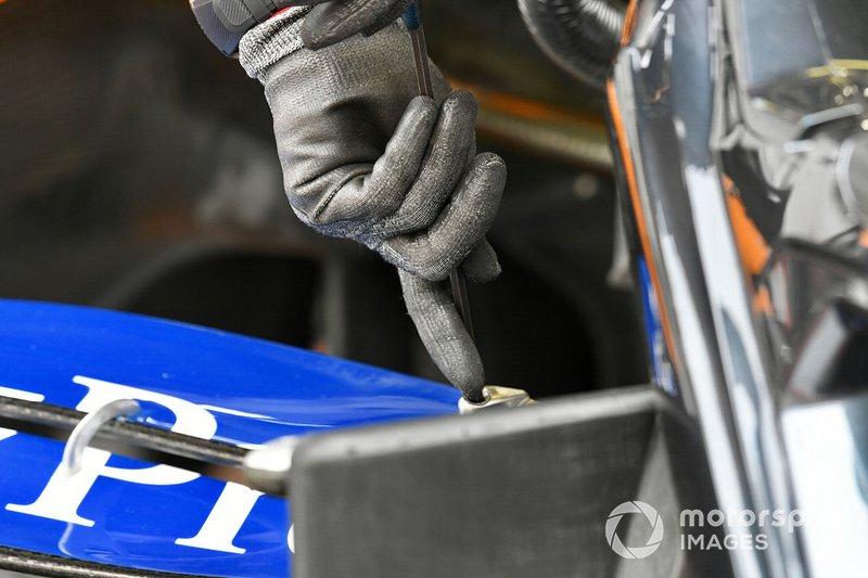 Un mecánico hace un ajuste