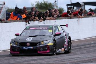 Yarış galibi Josh Cook, BTC Racing Honda Civic