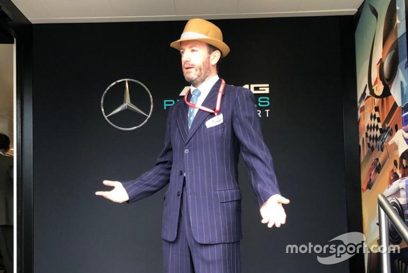 Un miembro de Mercedes, vestido como en 1954