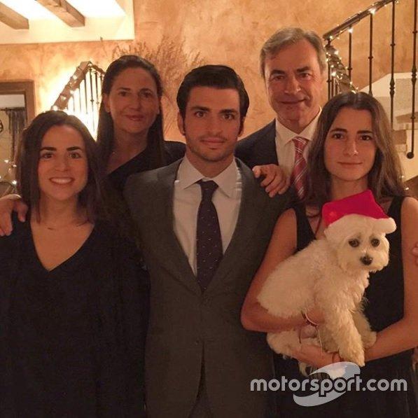 Família Sainz (com Carlos Sainz Jr no meio e Carlos Sainz ao fundo) também tem seu bichinho