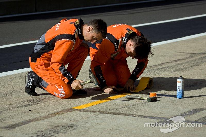 JOTA team move the pit box markings