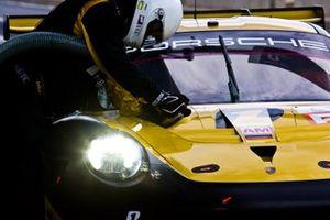 #56 Team Project 1 Porsche 911 RSR: Jo?rg Bergmeister, David Heinemeier Hansson, Matteo Cairoli
