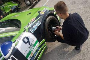 Fissaggio di una ruota sulla Porsche di Lodovico Laurini, Dinamic Motorsport