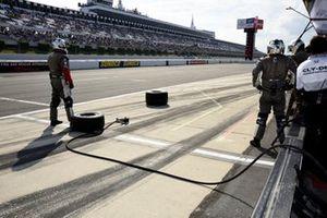 Santino Ferrucci, el equipo de Dale Coyne Racing Honda espera su llegada a los boxes