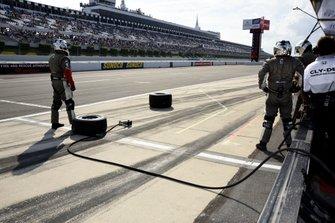 Santino Ferrucci, Dale Coyne Racing Honda's crew await his arrival in the pits