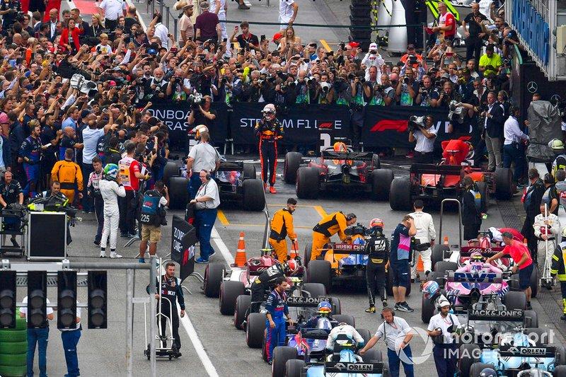 Le vainqueur Max Verstappen, Red Bull Racing, et le reste des pilotes dans le Parc Fermé après la course