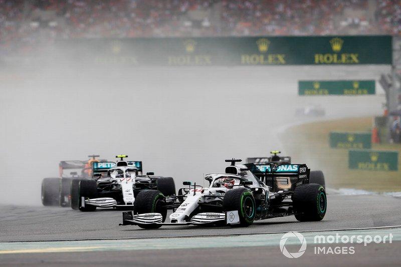 Lewis Hamilton, Mercedes AMG F1 W10, leads Kevin Magnussen, Haas F1 Team VF-19 y Valtteri Bottas, Mercedes AMG W10