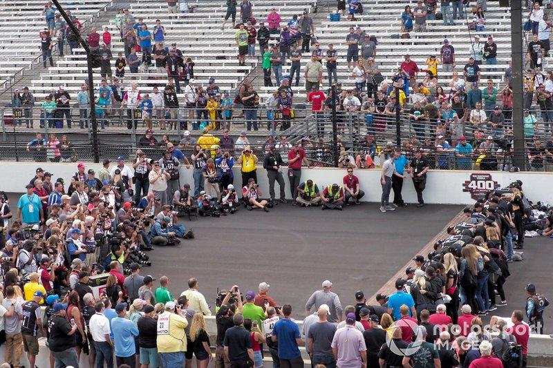 Kevin Harvick, Stewart-Haas Racing, Ford Mustang Mobil 1 and team kiss the bricks