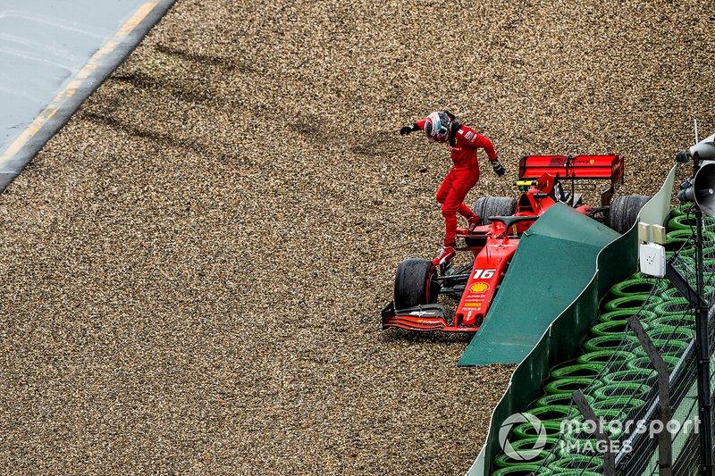 Charles Leclerc, Ferrari, lascia la sua monoposto, dopo l'incidente