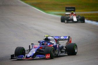 Alexander Albon, Toro Rosso STR14, leads Antonio Giovinazzi, Alfa Romeo Racing C38