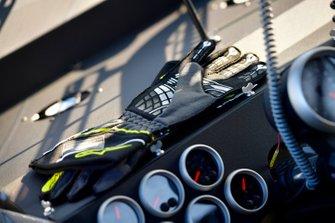 Alex Tagliani, Kyle Busch Motorsports, Toyota Tundra CanTORQUE/Spectra Premium/RONA gloves