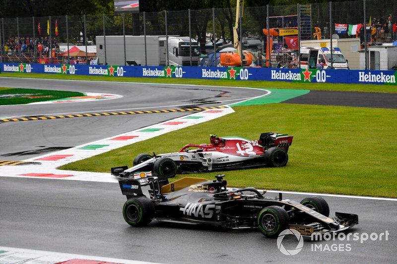 Romain Grosjean, Haas F1 Team VF-19, pasa como Antonio Giovinazzi, Alfa Romeo Racing C38, gira