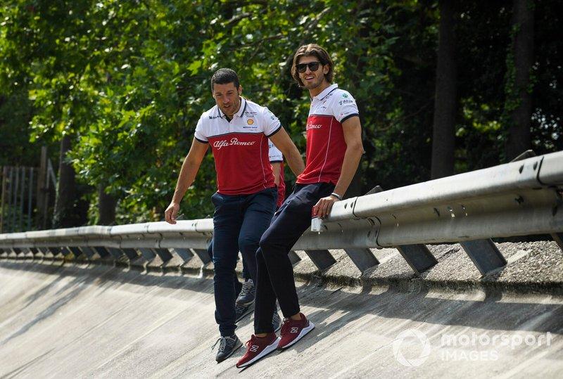 Antonio Giovinazzi, Alfa Romeo Racing seduto sul guardrail di Monza