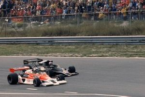 James Hunt, McLaren M26 Ford y Mario Andretti, Lotus 78 Ford