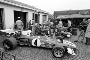 Пилоты Марио Андретти, Жаки Икс и Клэй Регаццони с Санте Гедини и Ferrari 312B