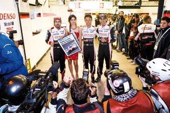 Fernando Alonso, Miss 24 Heures du Mans, Kazuki Nakajima et Sébastien Buemi après la pole position