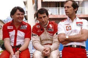 John Watson, McLaren Ford, con Ron Dennis e il capo designer John Barnard, GP di Monaco del 1981