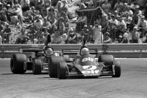 Jody Scheckter, Tyrrell 007, Jean-Pierre Jarier, Shadow DN5