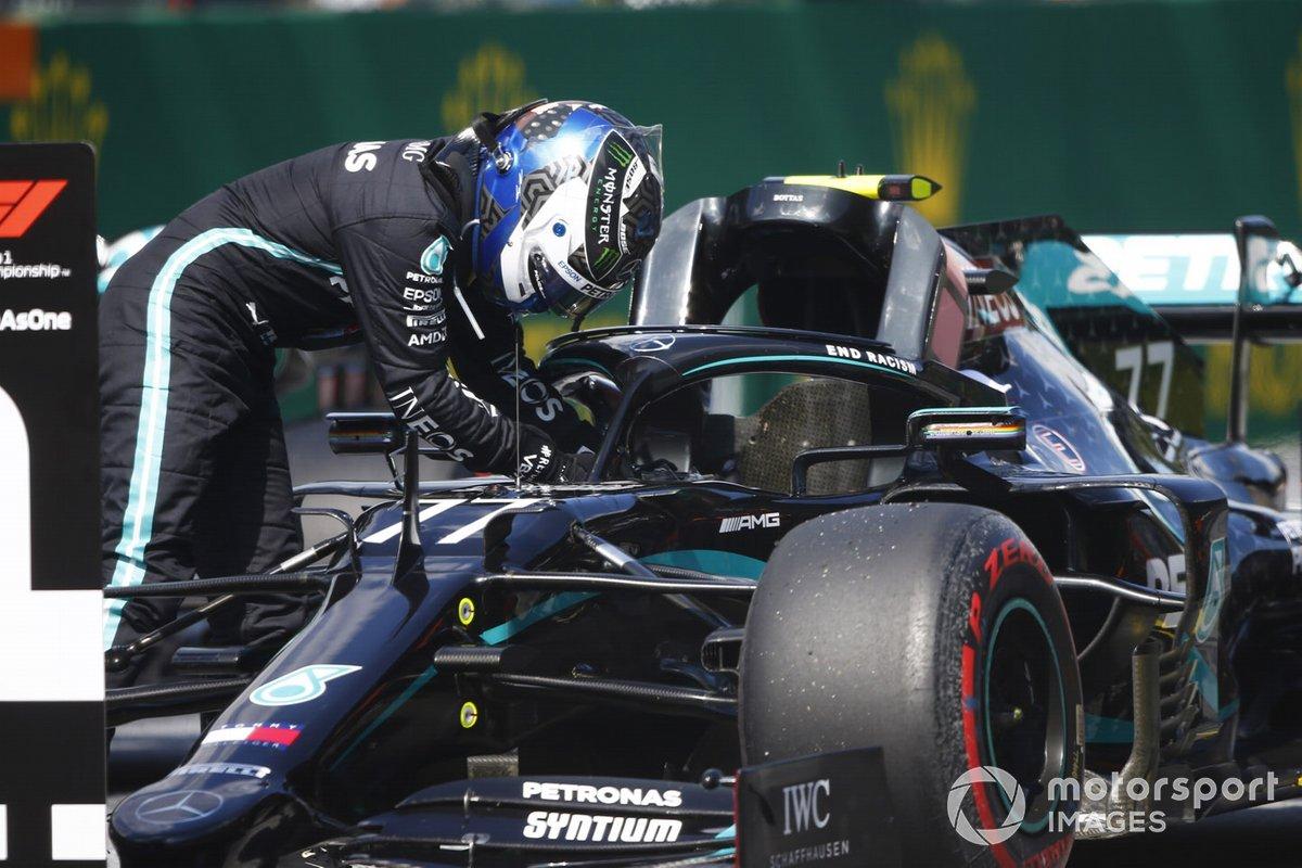 Valtteri Bottas, Mercedes F1 W11 EQ Performance, se baja de su coche después de tomar la posición de polo
