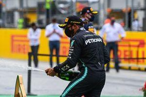 Lewis Hamilton, Mercedes-AMG Petronas F1, spruzza lo champagne sul podio