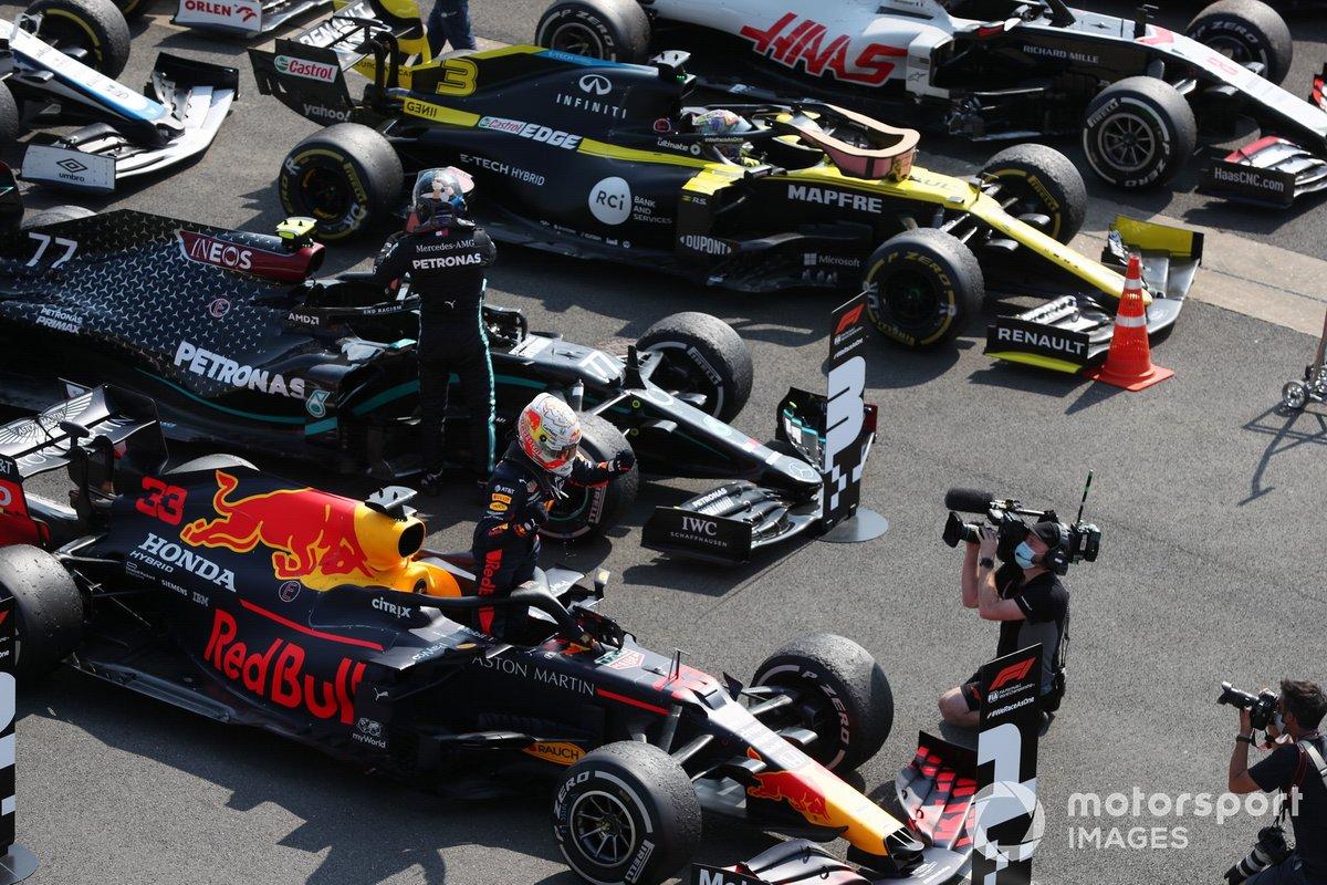 Max Verstappen, Red Bull Racing, 1ª posición, celebra en Parc Ferme