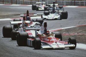 Emerson Fittipaldi, McLaren M23, Tony Brise, Hill GH1, Mario Andretti, Parnelli VPJ4