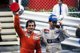 El ganador de la carrera Alain Prost, McLaren y Ayrton Senna, Toleman, con sus trofeos