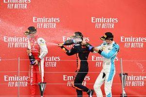 Mick Schumacher, Prema Racing, le vainqueur Yuki Tsunoda, Carlin et Jack Aitken, Campos Racing fêtent sur le podium avec le champagne