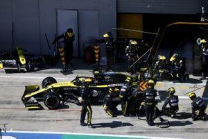 Esteban Ocon, Renault F1 Team R.S.20 pit stop
