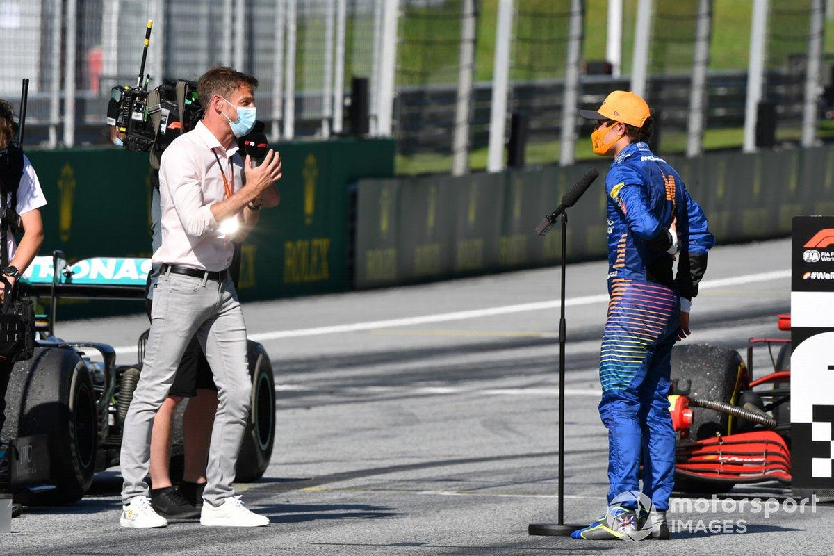 Lando Norris, McLaren, habla con el experto de TV Jenson Button en la red