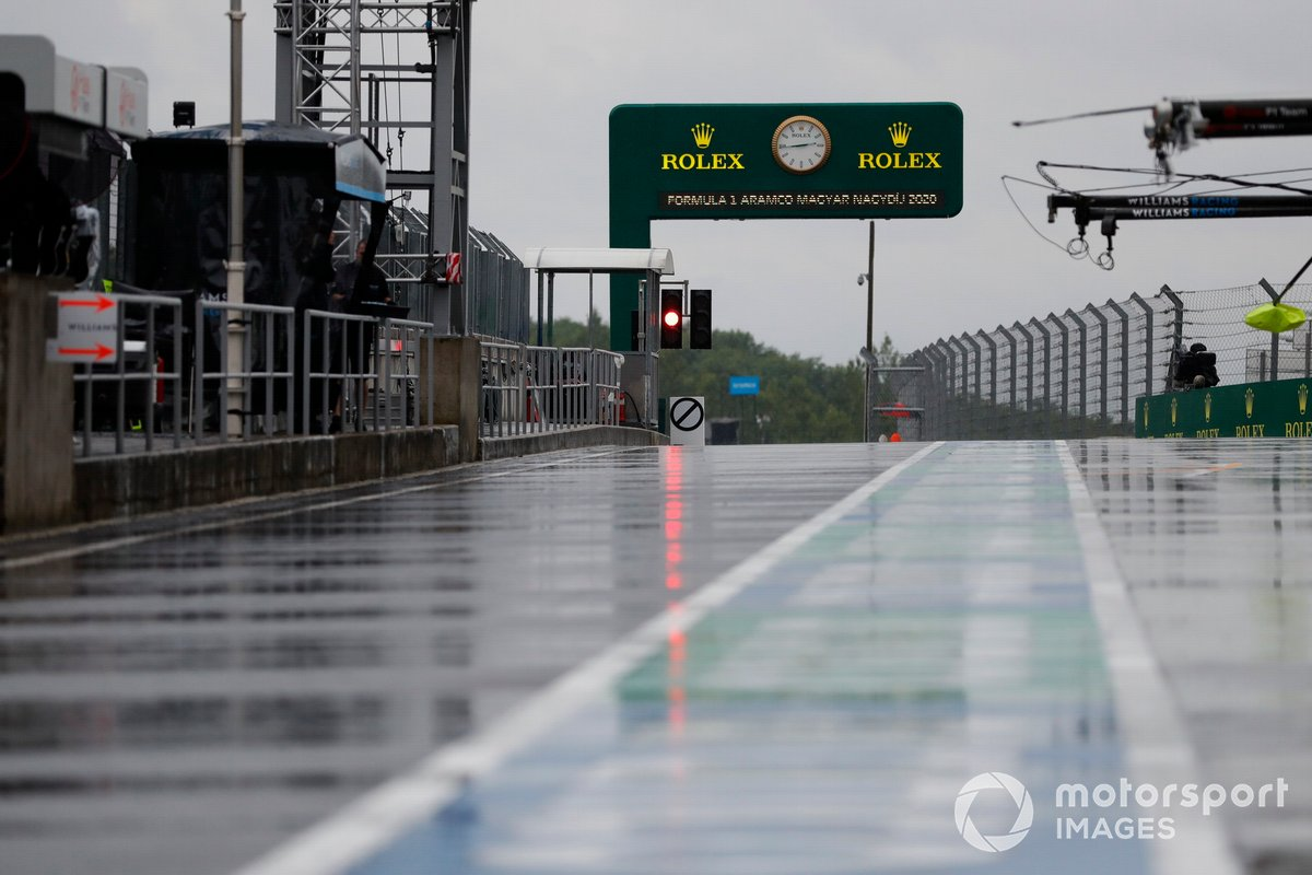 La lluvia empapa el pit lane